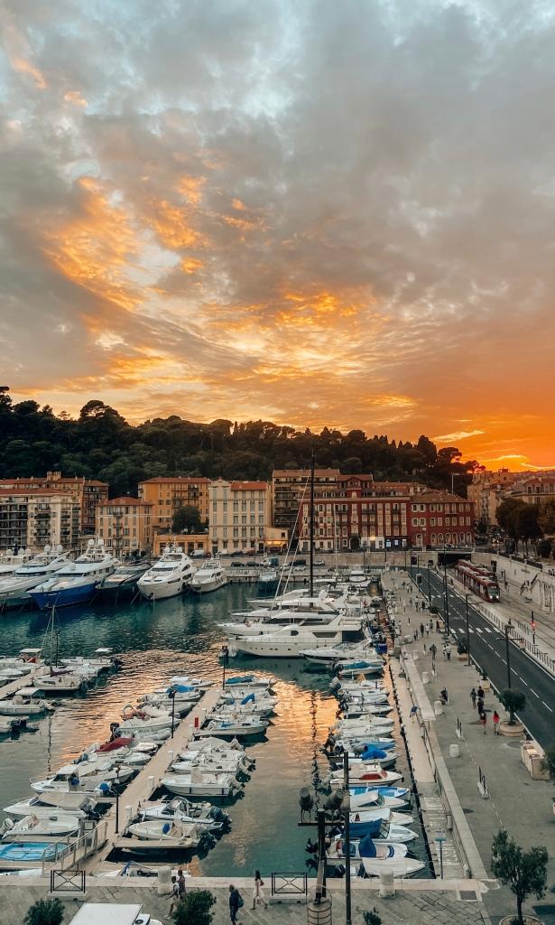 Haven van Nice met een prachtige zonsondergang, Frankrijk. Côte d'Azur.